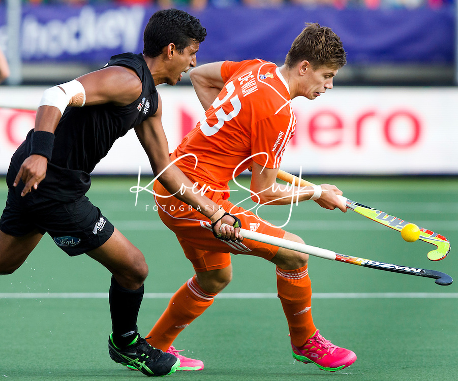 DEN HAAG - Sander de Wijn (r) passeert Jared Panchia tijdens de laatste poulewedstrijd tussen de mannen van  Nederland en Nieuw-Zeeland om de World Cup Hockey 2014. ANP KOEN SUYK