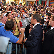 NLD/Amsterdam/20070823 - Premiere The Bourne Ultimate, Matt Damon, deelt handtekeningen uit aan het publiek
