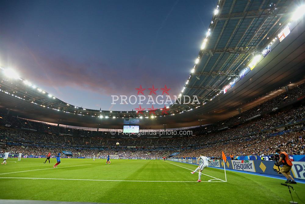 PARIS, FRANCE - Tuesday, June 13, 2017: England's Kieran Trippier takes a corner-kick during an international friendly match against France at the Stade de France. (Pic by David Rawcliffe/Propaganda)