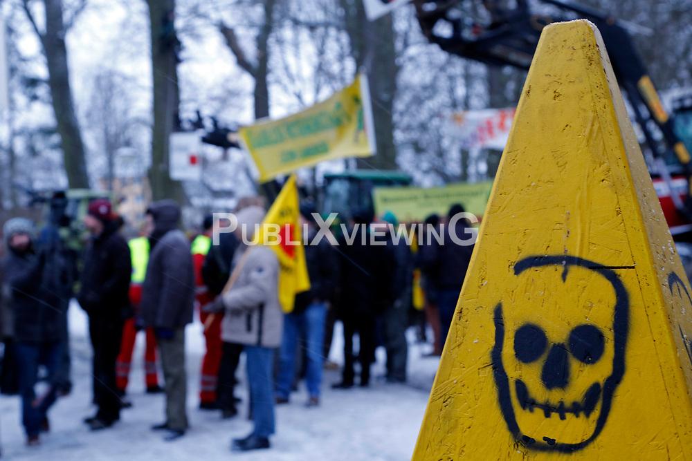 Am 21. Januar 2012 besucht Bundesumweltminister Peter Altmaier (CDU) das Wendland, um für das Endlagersuchgesetz zu werben.<br /> Vor dem Gildehaus in Lüchow, in dem am Abend eine öffentliche Podiumsdiskussion mit Altmaier stattfindet, versammeln sich bereits am Nachmittag zahlreiche Aktivisten, um den Minister gebührend zu empfangen. <br /> <br /> Ort: Lüchow<br /> Copyright: Michaela Mügge<br /> Quelle: PubliXviewinG