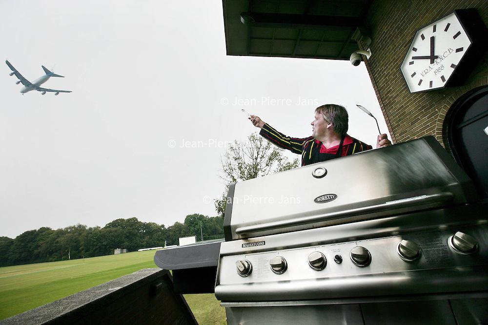 Nederland, Amstelveen.7 augustus 2009..Mark de Kruyff achter zijn barbeque  bij cricket team VRA in Amstelveen. Foodies en gadget-freaks barbecueën steeds geavanceerder. .Foto:Jean-Pierre Jans