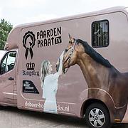 NLD/Ermelo/20190821 - Setbezoek Paardenfilm Whitestar, Roze paardenpraat TV trailer van Britt Dekker