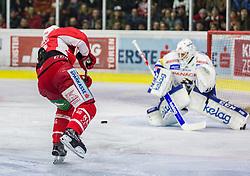 28.12.2018, Stadthalle, Klagenfurt, AUT, EBEL, EC KAC vs EC VSV, 32. Runde, im Bild Thomas KOCH (EC KAC, #18), Dan Bakala (EC Panaceo VSV, #39) // during the Erste Bank Eishockey League 32th round match between EC KAC and EC VSV at the Stadthalle in Klagenfurt, Austria on 2018/12/28. EXPA Pictures © 2018, PhotoCredit: EXPA/ Gert Steinthaler