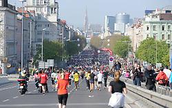 17.04.2011, AUT, Vienna City Marathon 2011, im Bild Blick von der Wiener Reichsbrücke auf das Feld der Läufer, im Hintergrund der Wiener Stephansdom, Feature, EXPA Pictures © 2011, PhotoCredit: EXPA/ G. Holoubek