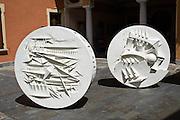 Scultura  di Arnaldo Pomodoro: ruota I 1995.Fiberglass ø 150 x 35 cm....Sculpture of Arnaldo Pomodoro: wheel I 1995.Fiberglass ø 150 x 35 cm.