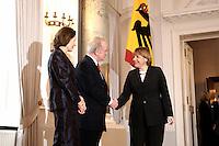 07 JAN 2004, BERLIN/GERMANY:<br /> Johannes Rau (M), Bundespraesident, seine Frau Christina Rau (L), und Angela Merkel (R), CDU Bundesvorsitzende, waehrend des Deefiles, Neujahrsempfang des Bundespraaesidenten, Schloss Bellevue<br /> IMAGE: 20040107-01-018<br /> KEYWORDS: Empfang, Neujahr, Bundespräsident, Gattin, Praesidentengattin, Präsidentengattin