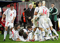 Fotball<br /> Play off VM 2006<br /> Tsjekkia v Norge <br /> Czech Republic v Norway<br /> 16.11.2005<br /> Foto: Morten Olsen, Digitalsport<br /> <br /> The Czech team celebrating 1-0 in front of Karel Brückner