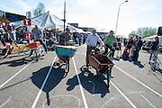 Bakfietsers doen mee met het NK slowbiking. In Nijmegen vindt voor de vierde keer het internationale bakfietstreffen aan. Tijdens het tweedaags evenement wisselen bedrijven en bakfietsers ervaringen uit. Bakfietsen worden in heel Europa steeds vaker ingezet, zowel door particulieren als bedrijven. Het is een duurzame vorm van transport en biedt veel voordelen.<br /> <br /> In Nijmegen for the third time the International Cargo Bike Festival is hold. The two-day event focuses on the use and users of cargobikes. Cargo bikes are increasingly being deployed across Europe, both individuals and businesses. It is a sustainable form of transport and offers many advantages.