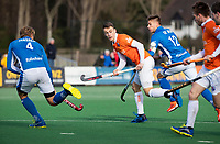 BLOEMENDAAL  - Yannick van der Drift (Bldaal) met Sander de Wijn (Kampong)   . Bloemendaal-Kampong (2-1).  hoofdklasse hockey mannen.   COPYRIGHT KOEN SUYK