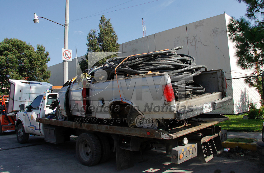 Toluca, México.- Elementos de CUSAEM detuvieron a tres personas que habían robado cable de fibra óptica de redes de Teléfonos de México, dos más se dieron a  la fuga. Agencia MVT / Crisanta Espinosa