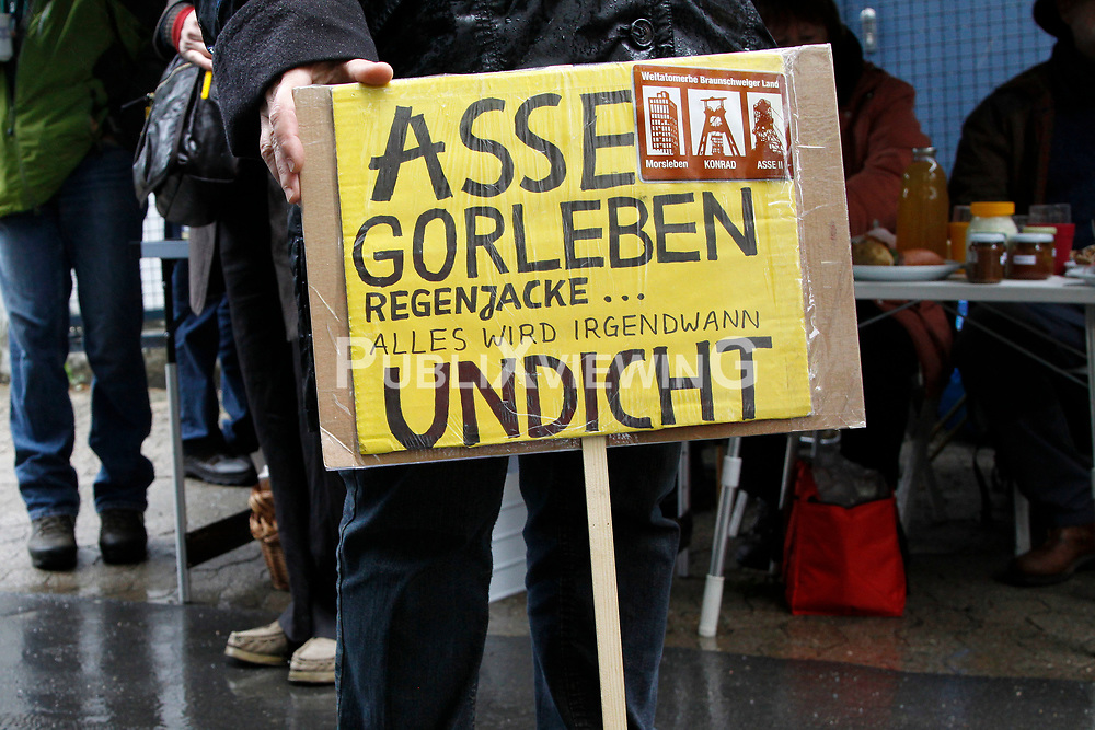 Der Besuch des neuen Bundesumweltministers Peter Altmaier (CDU) im havarierten Atommülllager ASSE II ist rund 150 Demonstranten Anlass, eine schnelle und sichere Bergung des radioaktiven Abfalls zu fordern. <br /> <br /> Ort: ASSE<br /> Copyright: Michaela Mügge<br /> Quelle: PubliXviewinG