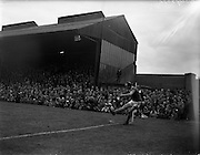24/04/1960<br /> 04/24/1960<br /> 24 April 1960<br /> Soccer, F.A.I. Cup Final: Shelbourne v Cork Hibernians at Dalymount Park, Dublin.<br /> Charlie Tully (Cork Hibs) takes a corner.