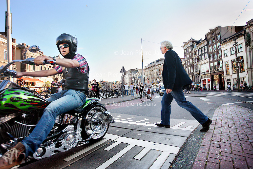 Nederland, Amsterdam , 29 september 2011..De verkeerssituatie en verkeersveiligheid op het Rokin is verbeterd o.a. door verhoogde drempel op het wegdek waardoor gemotoriseerde verkeer niet veel harder dan 30 km per uur kan rijden . zie foto.De Dienst Infrastructuur Verkeer en Vervoer heeft hier voor gezorgd..DIVV geeft de bereikbaarheid in en om Amsterdam op een aantrekkelijke, veilige en efficiënte manier gestalte. Dat vraagt, in een stad met zo'n 750.000 inwoners en miljoenen bezoekers per jaar, om een doordachte aanpak..Foto:Jean-Pierre Jans