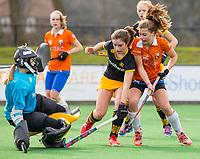 BLOEMENDAAL - hockey - Competitie Landelijk meisjes : Bloemendaal MB1-Den Bosch MB1 (1-1). Myrthe Keulen van Bloemendaal met Meike Verberne van Den Bosch. links keeper . COPYRIGHT KOEN SUYK