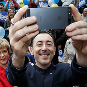 Alan Cumming and Nicola Sturgeon at a flash mob meeting outside the Yes Campaign office in Finnieston , Glasgow. . Picture Robert Perry 8th Sept  2014