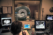 Nederland, Nijmegen, 16-4-2013MRI-scanner UMC Radboud. Een laborant maakt een MRI scan van een patient die in de MRI scanner ligt. Naam is onherkenbaar gemaakt.Foto: Flip Franssen