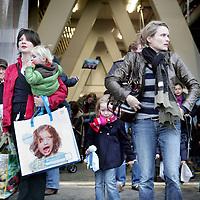 Nederland, 23 november 2009,.De massale vaccinatie van jonge kinderen tegen de Mexicaanse griep is van start gegaan. Na afloop kregen ze hier in de RAI o.a. een vlaggetje. The mass vaccination of young children against the Mexican flu was launched. After they got a flag for comfort.