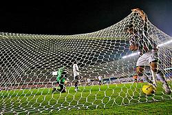 Thiago Neves busca bola nas redes após marcar gol no jogo entre o Fluminense e a LDU válida pela Copa Libertadores da América 2008, em 03 de julho de 2008 no estádio Maracanã. FOTO: Jefferson Bernardes/Preview.com