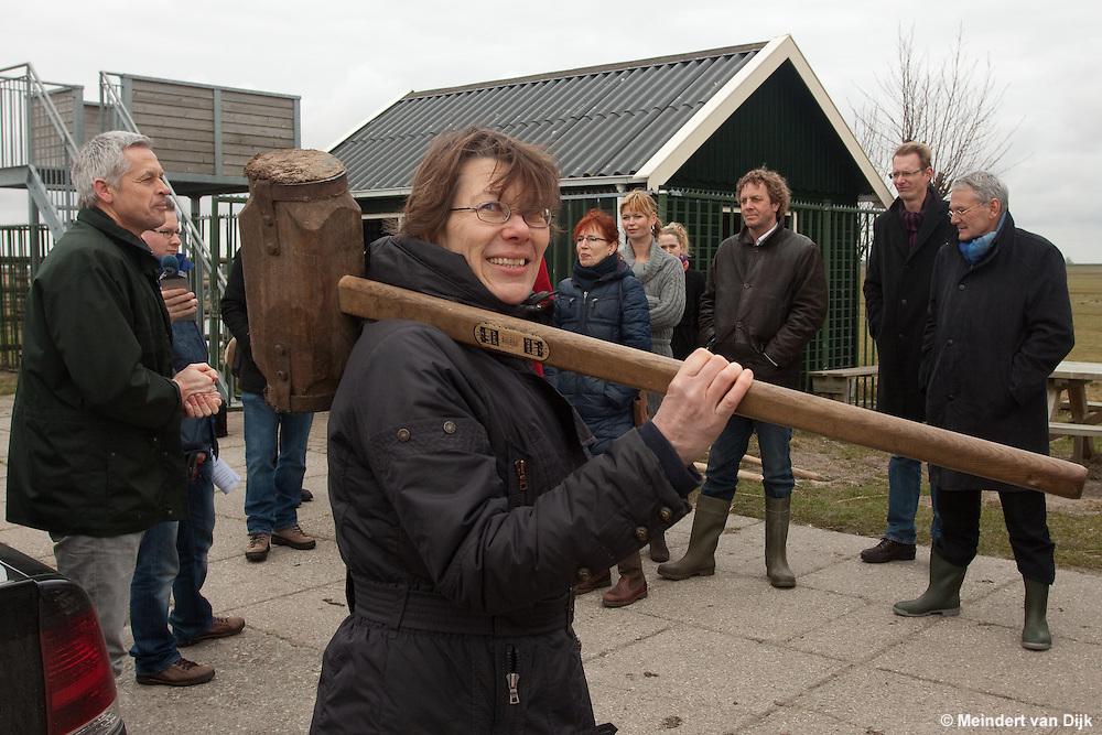 Start pilotproject 'De zachte zandmotor' in het IJsselmeer ter hoogte van de Workumerwaard bij Workum.