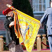 NLD/Breda/20130327 - HMH Konining Beatrix brengt decoratie Kosovo 1999 aan op vaandel Koninklijke Luchtmacht, HMH Beatrix brengt cravatte aan