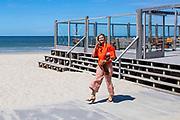 TEXEL, 28-05-2020. Werkbezoek van Koningin Maxima aan Texel in het kader van de seizoensgebonden horeca en de toerismebranche op Texel en de andere Waddeneilanden<br /> <br /> Working visit of Queen Maxima to Texel in the context of the seasonal catering and tourism industry on Texel and the other Wadden Islands
