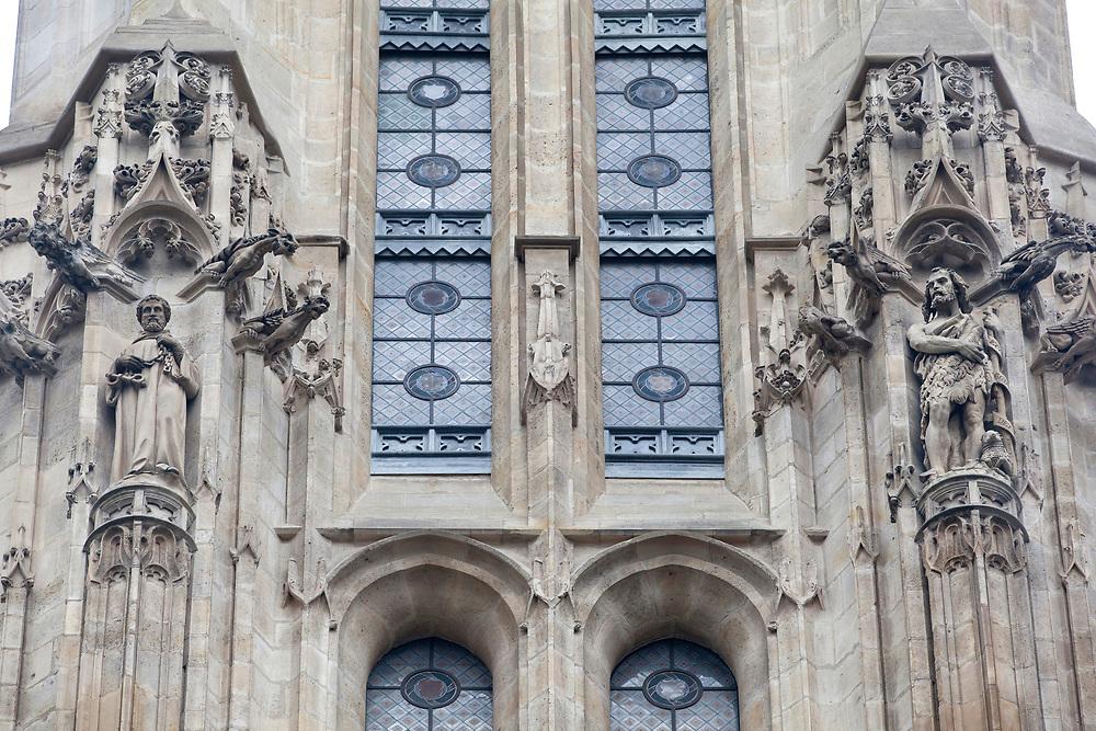 La tour Saint-Jacques est une tour isolée, dressée au milieu du premier square parisien, qui porte son nom, dans le 4e arrondissement de Paris. L'église Saint-Jacques-de-la-Boucherie est consacrée en 1415. À la fin du XVe s., l'église est terminée mais sans nouveau clocher. Les travaux débutent en 1509 et prennent fin pour la Noël 1523. Ainsi qu'en témoigne l'exubérance de son décor sculpté de crochets feuillus et de chimères, le clocher est conçu dans le style gothique flamboyant qui s'attarde encore dans les édifices religieux du début du XVIe s.