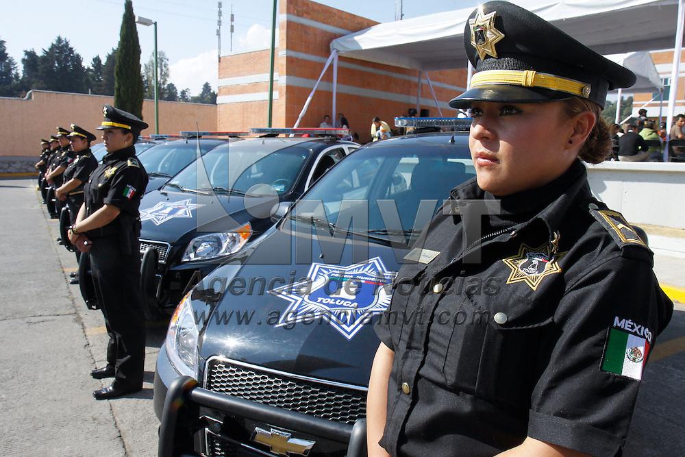TOLUCA, México.- María Elea Barrera Tapia, alcaldesa de Toluca realizo la entrega de patrullas y reconocimientos a elementos destacados de la Policía Municipal, al igual que entrego a cadetes su certificado de termino de curso de Formación Básica para poder pertenecer a este cuerpo policial. Agencia MVT / Crisanta Espinosa. (DIGITAL)