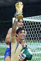 Fotball<br /> VM 2006<br /> Finale<br /> Frankrike v Italia<br /> 09.07.2006<br /> Foto: Witters/Digitalsport<br /> NORWAY ONLY<br /> <br /> Gianluigi Buffon Italien Torwart mit WM Pokal, Filippo Inzaghi Italien Weltmeister 2006<br /> Fussball WM 2006 Finale Italien - Frankreich 6:5 n.E