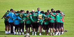 21.05.2010, Dolomitenstadion, Lienz, AUT, WM Vorbereitung, Kamerun Training im Bild die Mannschaft von Kamerun steht zusammen, EXPA Pictures © 2010, PhotoCredit: EXPA/ J. Feichter / SPORTIDA PHOTO AGENCY