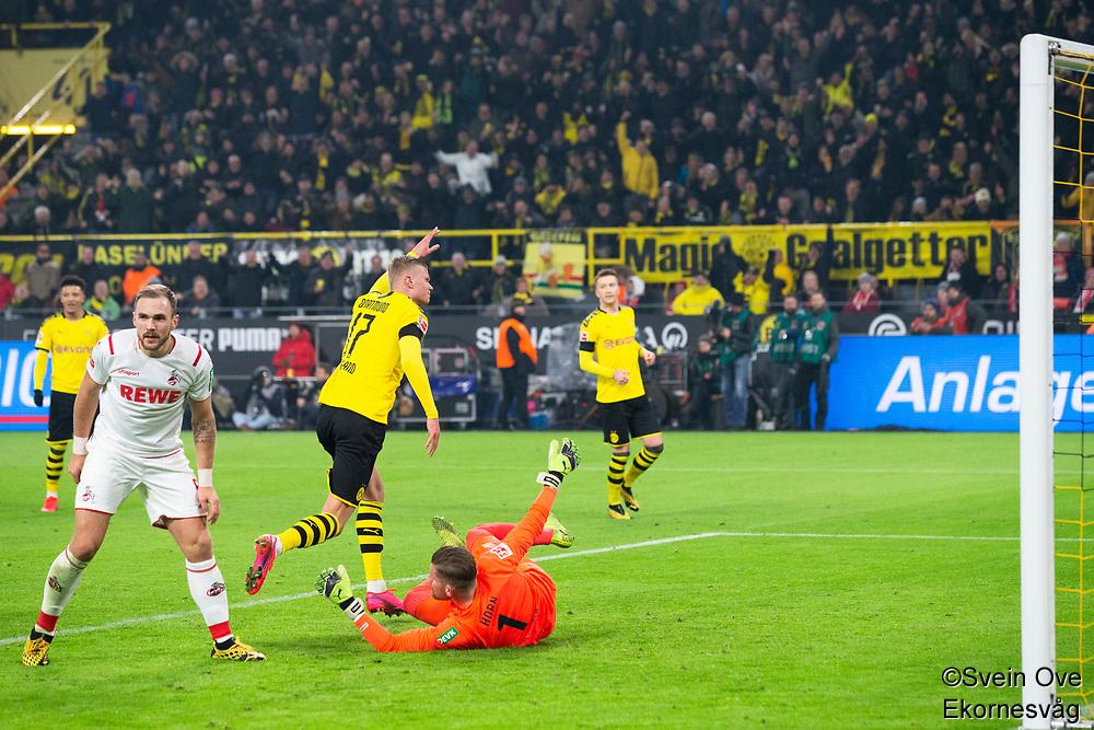 Bundesliga 2020: Borussia Dortmund - 1. FC Köln (5-1). Borussia Dortmunds Erling Braut Haaland (midten) feirer sin 4-1 scoring i bundesligakampen i fotball mellom Borussia Dortmund og 1. FC Köln på Signal Iduna Park. Timo Horn til høyre og Rafael Czichos til venstre.
