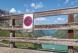 THEMENBILD - ein Parkverbotsschild am Mooserboden Stausee, aufgenommen am 15. Juni 2017, Kaprun, Österreich // A parking prohibition sign at the Mooserboden reservoir on 2017/06/15, Kaprun, Austria. EXPA Pictures © 2017, PhotoCredit: EXPA/ Stefanie Oberhauser