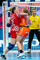 Ana Debelic of Croatia, Debbie Bont of Netherlands in action during the Women's EHF Euro 2020 match between Croatia and Netherlands at Sydbank Arena on december 06, 2020 in Kolding, Denmark (Photo by RHF Agency/Ronald Hoogendoorn)