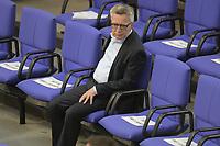 DEU, Deutschland, Germany, Berlin, 07.05.2020: Thomas de Maiziere (CDU) bei einer Plenarsitzung im Deutschen Bundestag. Um Ansteckungen von Abgeordneten mit dem Coronavirus zu vermeiden, darf nur jeder Dritte Stuhl besetzt werden, zwei Plätze dazwischen müssen frei gehalten werden.