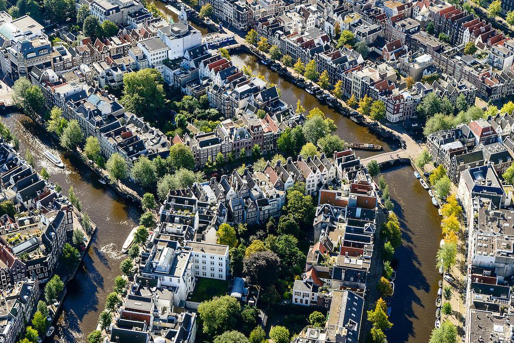 Nederland, Noord-Holland, Amsterdam, 27-09-2015; Binnenstad van Amsterdam, grachtengordel ter hoogte van Leidsestraat (boven in beeld).  Herengracht en  Keizersgracht (rechts). De grachten worden doorsneden door de Leidsegracht.<br /> Crossing canals, belt of Canals, Amsterdam City Centre.<br /> <br /> luchtfoto (toeslag op standard tarieven);<br /> aerial photo (additional fee required);<br /> copyright foto/photo Siebe Swart