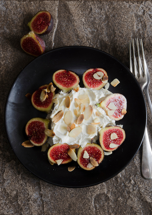 Grilled figs with mascarpone and toasted almond flakes
