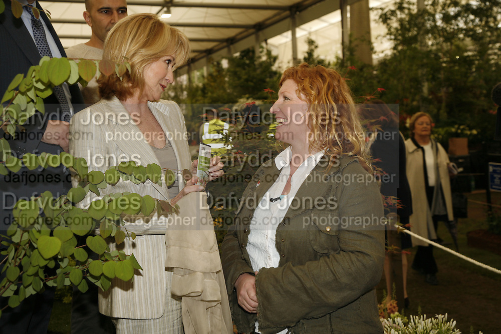 FELICITY KENDALL AND CHARLIE DIMMOCK, Press Preview of the RHS Chelsea Flower Show sponsored by Saga Insurance Services. Royal Hospital Rd. London. 22 May 2006. ONE TIME USE ONLY - DO NOT ARCHIVE  © Copyright Photograph by Dafydd Jones 66 Stockwell Park Rd. London SW9 0DA Tel 020 7733 0108 www.dafjones.com