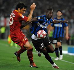 05-05-2010 VOETBAL: COPPA ITALIA AS ROMA - INTER MILAAN: ROMA<br /> Inter wint de finale Coppa Italia van Roma / Balotelli (Inter) en Burdisso (Roma)<br /> ©2010-FRH-nph / Antonietta Baldassarre