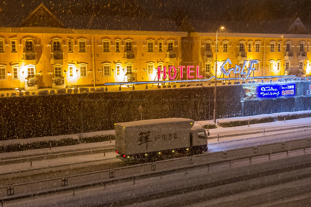 Snow falls on a love hotel by a busy road in  Kanagawa. Japan. Monday January 22nd 2018.  Though large parts of the country have suffered heavy snow over the winter of 2017/2018 . Tokyo and Yokohama were hit by snow storms for the first time on Monday bring chaos to road and rail networks.