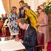 LUX/Luxemburg/20180523 - Staatsbezoek Luxemburg dag 1, Groothertog Henri tekent het gastenboek
