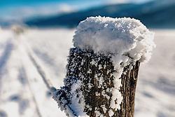 THEMENBILD - Schnee liegt auf einem Holzpfahl. Winterlandschaft zwischen Kaprun und Piesendorf, aufgenommen am 28. Dezember 2019, Kaprun, Österreich // Winterlandscape between Kaprun and Piesendorf on 2019/12/28, Kaprun, Austria. EXPA Pictures © 2019, PhotoCredit: EXPA/ Stefanie Oberhauser