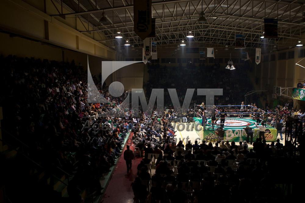TOLUCA, Mexico.- Mujeres gladiadores se presentan en una funcion de lucha libre la noche de ayer en el deportivo Agustin Millan de esta ciudad. Agencia MVT / Mario Vazquez de la Torre. (DIGITAL)