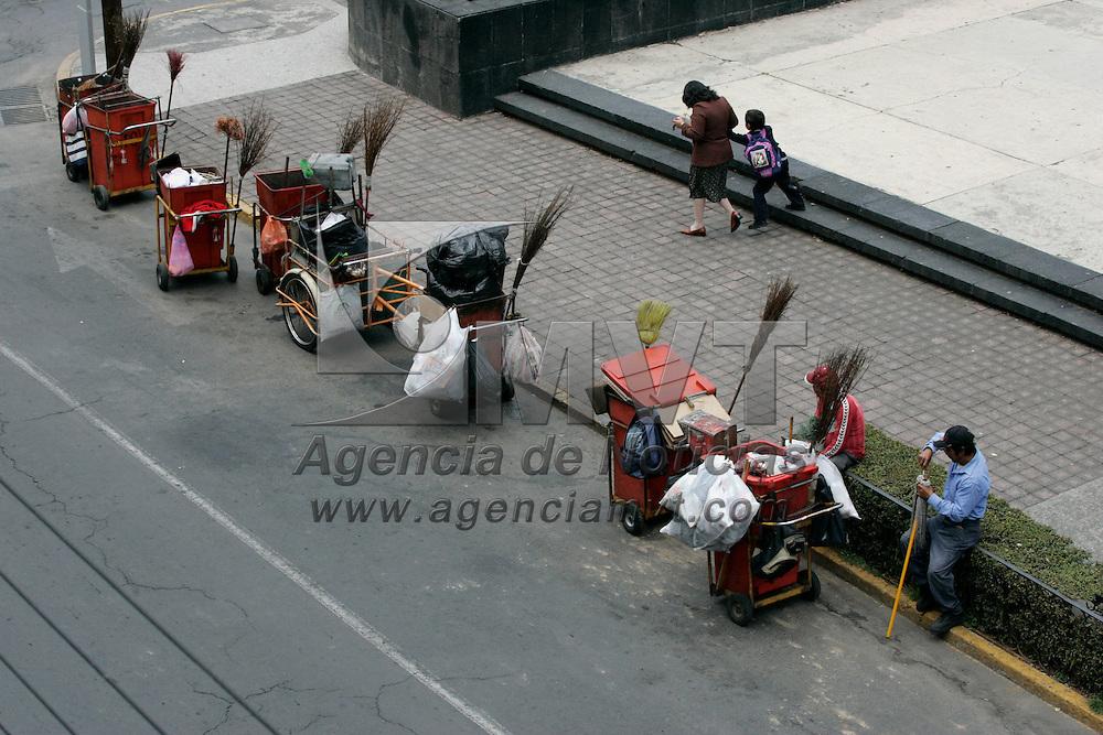 Toluca, Mex.- Aspecto de barrenderos descansando despues de trabajar bajo el calor de la ciudad. Agencia MVT / Javier Rodriguez. (DIGITAL)<br /> <br /> <br /> <br /> NO ARCHIVAR - NO ARCHIVE