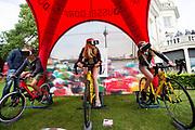 Drie kinderen racen via virtual reality tegen elkaar. In Arnhem vindt in het Sonsbeekpark Velofest plaats, een festival over fietsen, tegelijk met het roodtruck festival Eten op Rolletjes. Het festival is het einde van de internationale conferentie Velo City dat dit jaar in Nijmegen en Arnhem is gehouden. Tijdens het meerdaags congres praten beleidsmedewerkers en de fietsindustrie over het gebruik van de fiets in het dagelijks leven. Daarnaast zijn er tal van fietsgerelateerde activiteiten.<br /> <br /> In Arnhem the bike festival Velofest is held, as end of  the bike related congress Velo City 2017 that was hosted in Arnhem and Nijmegen. From all over the world people come to talk about the use of the bicycle as a way of transportation.
