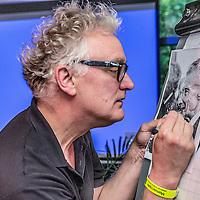 Nederland, Amsterdam, 3 september 2016.<br /> Illustrator, tekenaar Paul van der Steen tijdens een teken workshop in Tolhuistuin.<br /> <br /> Illustrator and cartoonist Paul van der Steen during a drawing workshop in Tolhuistuin.<br /> <br /> Foto: Jean-Pierre Jans