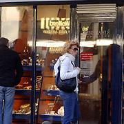 NLD/Laren/20060225 - Els Verberk, partner John de Mol Jr. in Laren bij juwelier Kahle