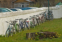 Narew, woj podlaskie, 09.11.2008. N/z rowery wiernych pod miejscowa cerkwia fot Michal Kosc / AGENCJA WSCHOD