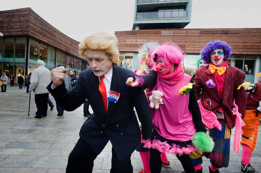 Nederland,Almere, 27 febr 2009.Campagne voor de gemeenteraadsverkiezingen in Almere..Deze zaterdag zijn de meeste partijen in het stadscentrum aanwezig om campagne te voeren..Campagnevoerder van Partij voor de Vrijhaat, een ludiek protest tegen het haatzaaien van Wilders partij voor de Vrijheid.Foto Michiel Wijnbergh