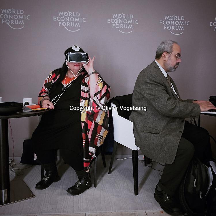 Forum Economique de Davos 2015. Word Economic Forum in Davos 2015. Quartier sécurisé pour les personnes badgées au Forum. Chaque mois de janvier, Davos et ses 12 000 habitants en temps normal, se transforme pendant quelques jours en centre économique mondial. Le Forum économique mondial a attiré cette année 2 500 personnalités, dont de nombreux chefs d'Etat ou de gouvernement et des dirigeants de grands groupes.<br /> Olivier Vogelsang