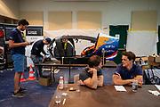 Het team overlegt over de strategie met Todd Reichert nadat ze de vijfde racedag het wereldrecord zijn kwijtgeraakt. Het Human Power Team Delft en Amsterdam, dat bestaat uit studenten van de TU Delft en de VU Amsterdam, is in Amerika om tijdens de World Human Powered Speed Challenge in Nevada een poging te doen het wereldrecord snelfietsen voor vrouwen te verbreken met de VeloX 9, een gestroomlijnde ligfiets. Op 10 september 2019 verbreekt het team met Rosa Bas het record met 122,12 km/u. De Canadees Todd Reichert is de snelste man met 144,17 km/h sinds 2016.<br /> <br /> With the VeloX 9, a special recumbent bike, the Human Power Team Delft and Amsterdam, consisting of students of the TU Delft and the VU Amsterdam, wants to set a new woman's world record cycling in September at the World Human Powered Speed Challenge in Nevada. On 10 September 2019 the team with Rosa Bas a new world record with 122,12 km/u.  The fastest man is Todd Reichert with 144,17 km/h.