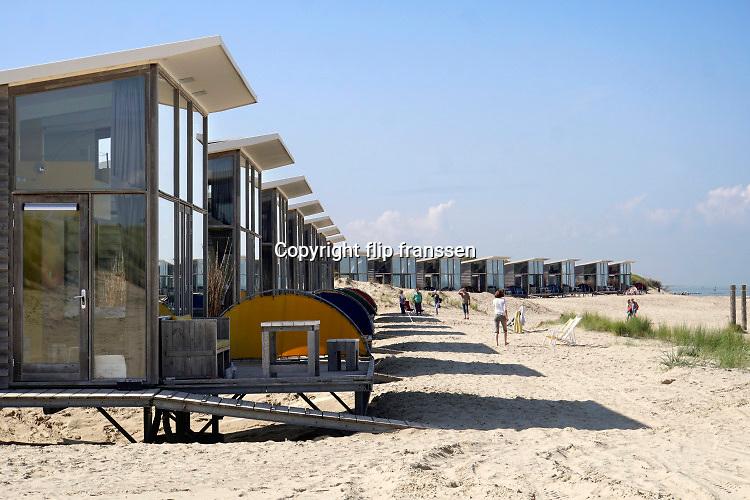 Nederland, Zeeland, Groede, 10-9-2019Op het zeeuwse strand zijn badgasten, recreanten waarvan veel duitsers, aan het genieten van een indian summer .Foto: Flip Franssen